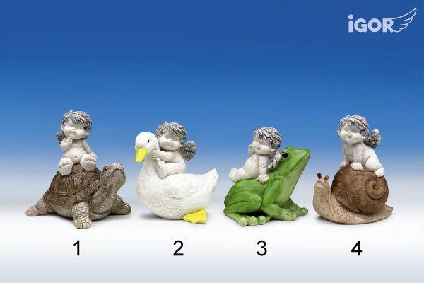 Engel Igor stoney-grey sitzend auf Gartentieren coloriert