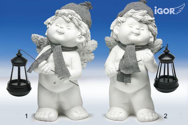 Engel Igor mit Winterdeko und Solarlaterne